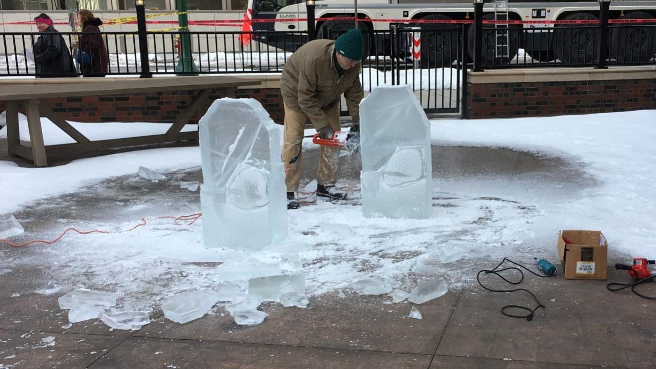 artisan carving ice